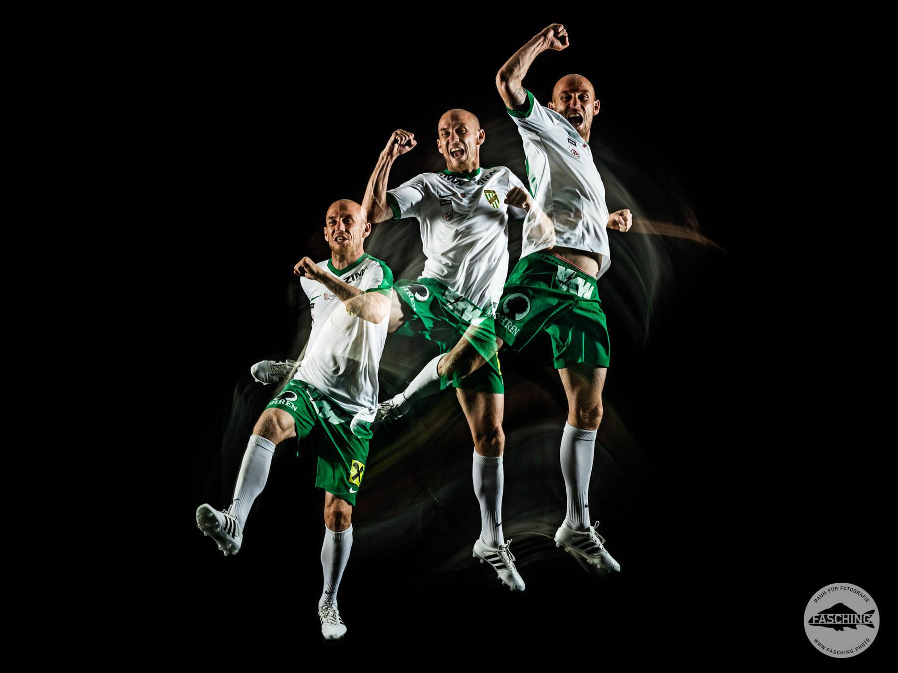 Luca Fasching fotografiert die Autogrammkarten und Mannschaftsbilder für den SC Austria Lustenau