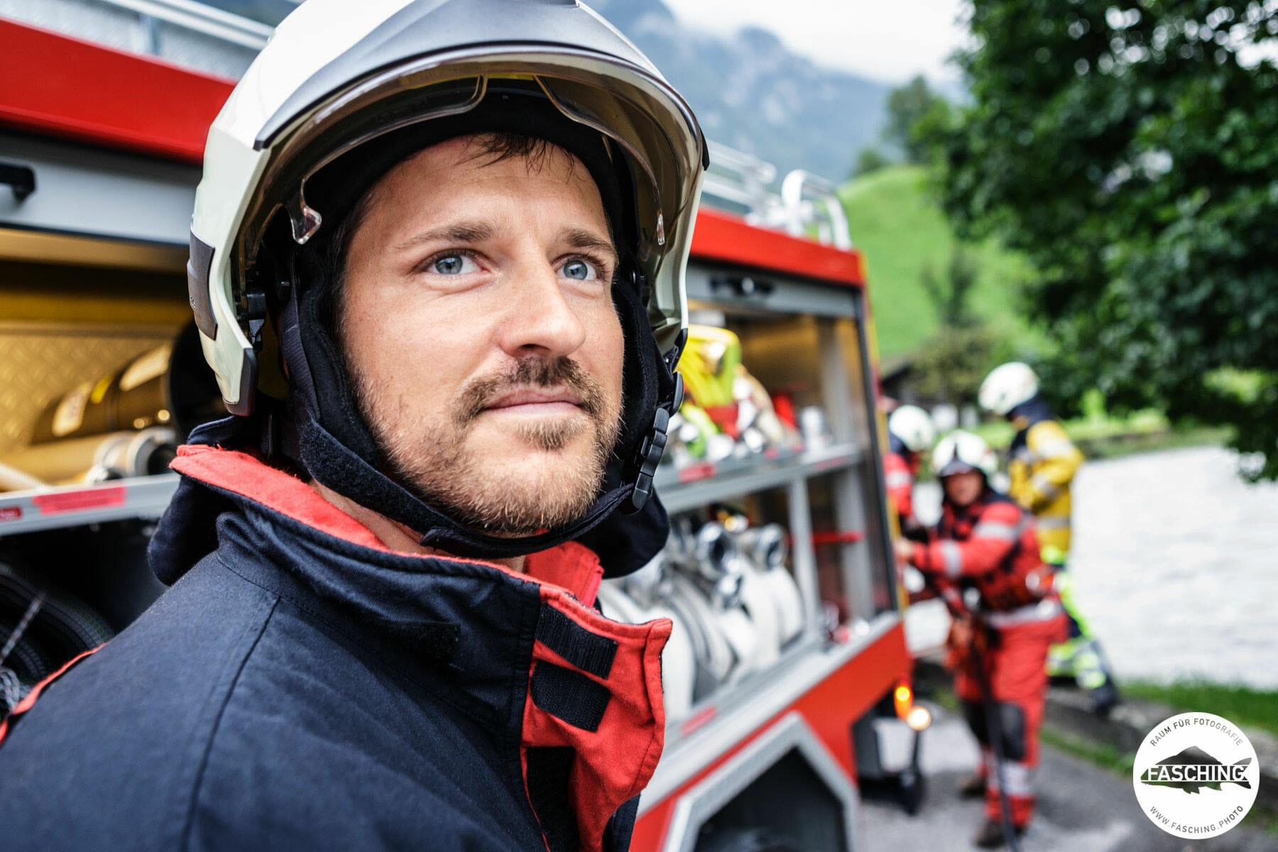 Feuerwehrmann bei der Arbeit, Businessportrait - Geschäftsführerportrait - Menschenbilder bei der Arbeit von Studio Fasching, Bregenz, Austria
