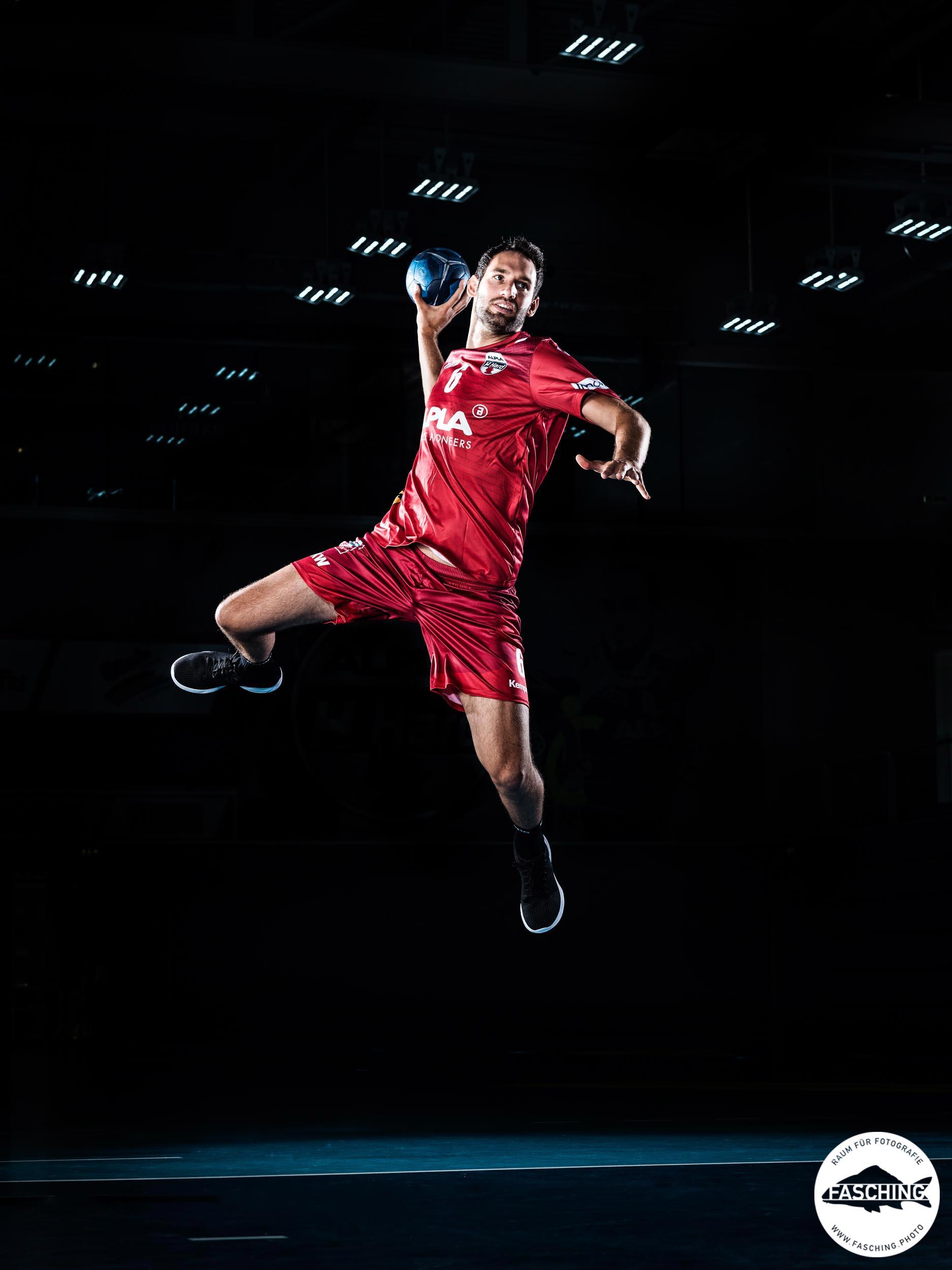 Sprungwurrf Actionfoto Dominik Schmid, Handball HC Hard, Fotografie Luca Fasching, Fotostudio in Vorarlberg