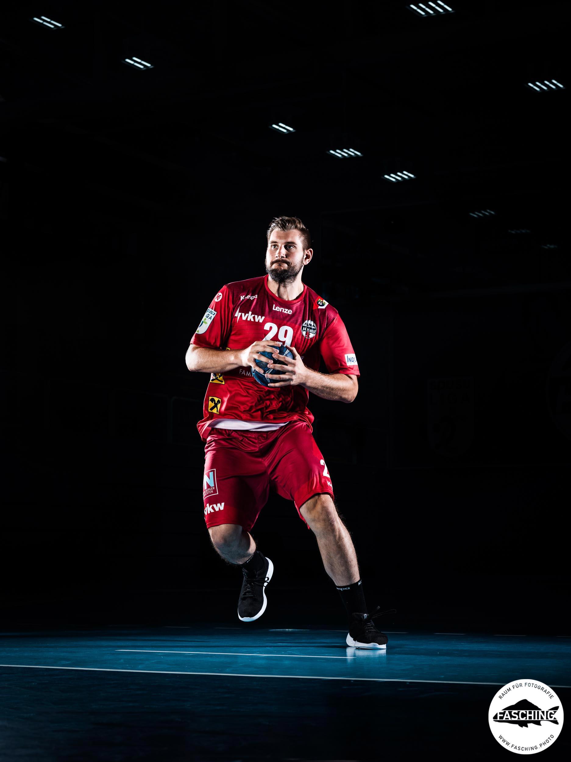 Actionfoto eines Handballspielers von Sportfotograf Luca Fasching