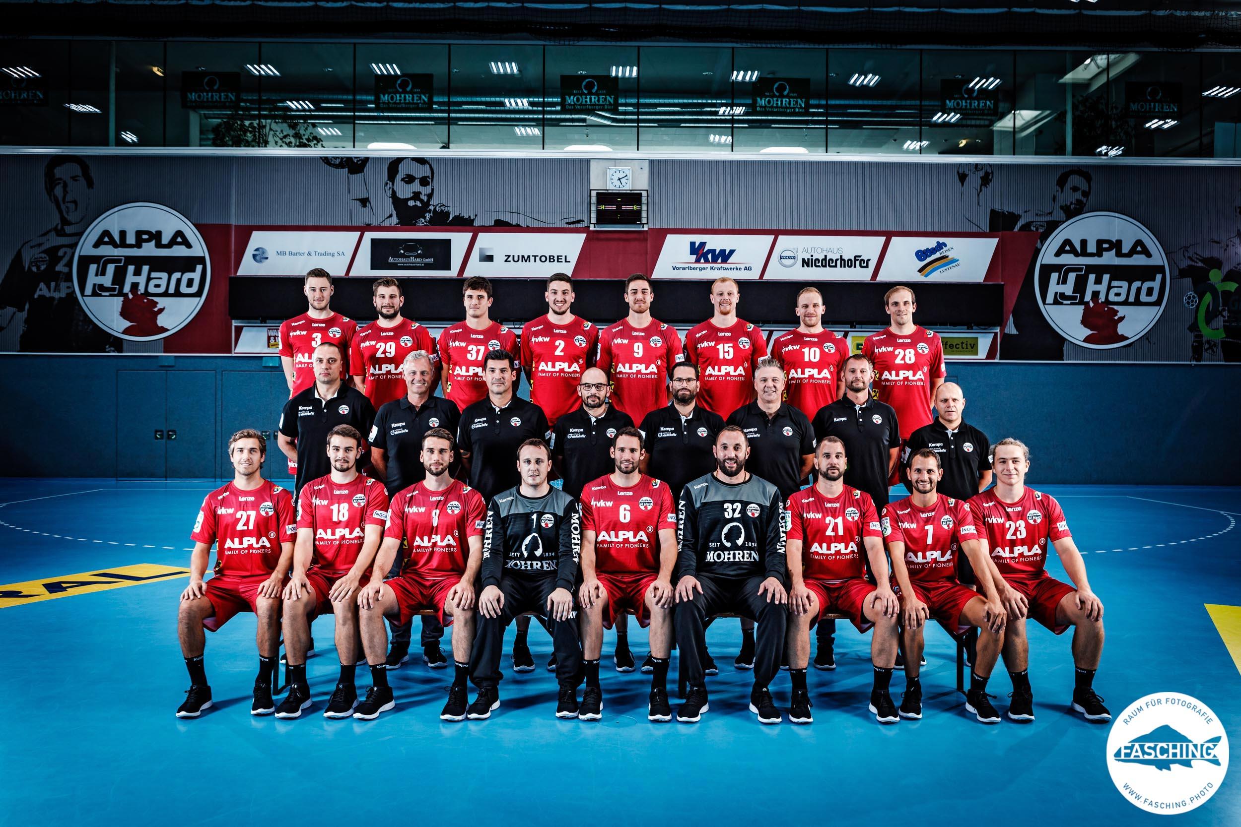 Sportfotograf Luca Fasching fotografierte für den Profiverein HC Alpla Hard das Mannschaftsfoto