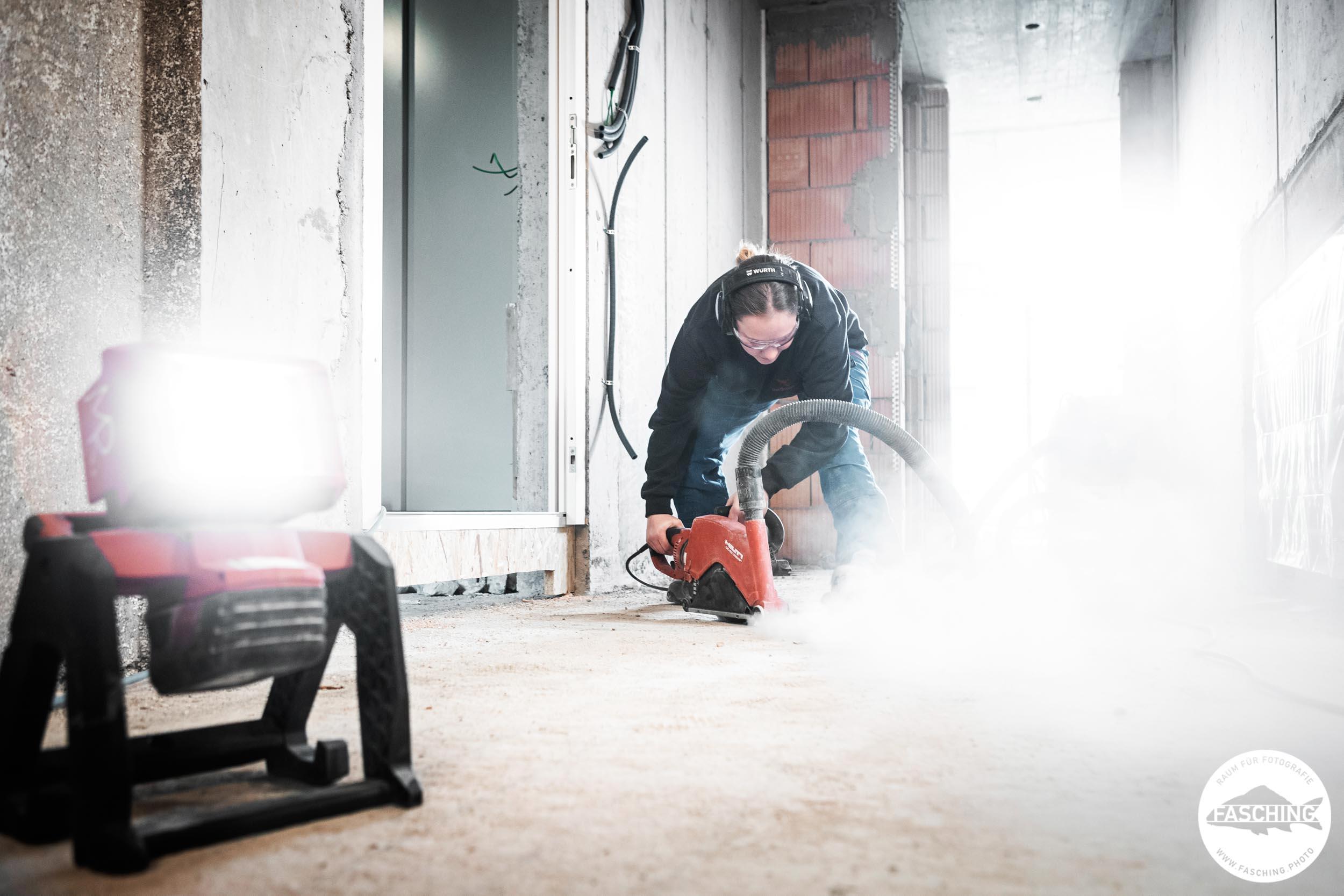 Unternehmensfotograf Luca Fasching hat einen Installateur beim flexen fotografiert
