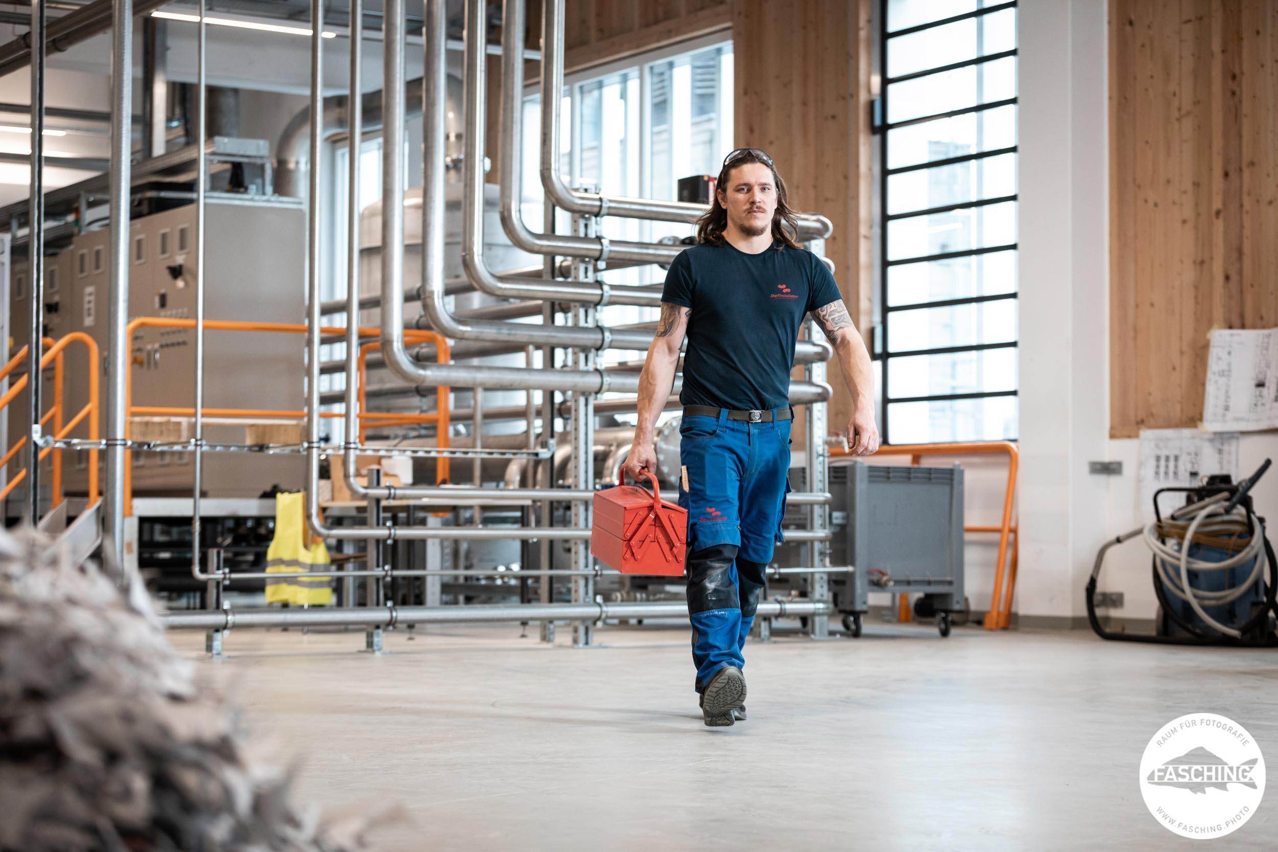 Unternehmensfotograf Luca Fasching hat einen Installateur beim Arbeiten fotografiert
